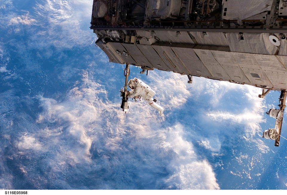 Astronauta lavora fuori dalla ISS