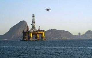 Un drone sorvola una piattaforma petrolifera